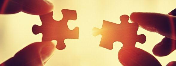 Puzzelstukjes samenvoegen als symbool voor mediation